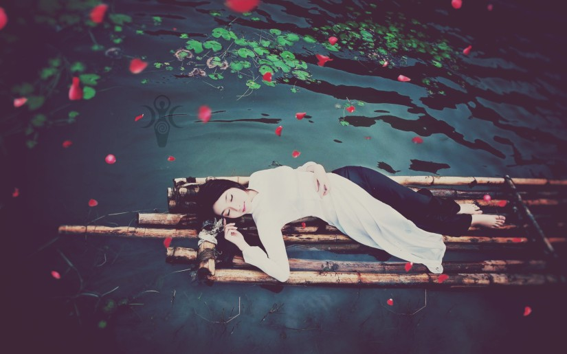 Beautiful-young-girl-sleep-in-wooden-boat